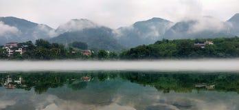 Chinesisches wonderlandriver mit Bergen und Fluss stockbild