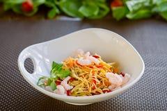 Chinesse nudlar med grönsaker och räkor, vegetariskt orientaliskt mål Arkivfoto