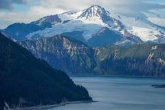 Chinitna海湾和登上Illiamna,阿拉斯加 免版税库存图片