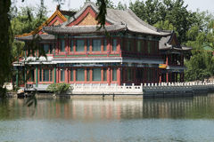 Chino asiático, parque de Pekín, lago Longtan, edificios antiguos Imagenes de archivo