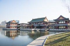 Chino de Asia, parque de Pekín, lago Longtan, edificio del jardín Foto de archivo