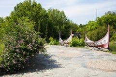 Chino de Asia, Pekín, China Minzu Yuan, paisaje arquitectónico, canoa, flor color de rosa Foto de archivo