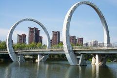 Chino de Asia, Pekín, parque de Jianhe, arquitectura de paisaje, puente ferroviario, Foto de archivo libre de regalías