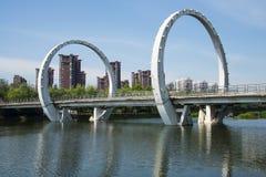 Chino de Asia, Pekín, parque de Jianhe, arquitectura de paisaje, puente ferroviario, Imagen de archivo