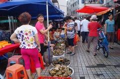 Chino Dragon Boat Festival, el mercado para la venta de las bolas de masa hervida del arroz Foto de archivo