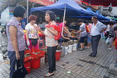 Chino Dragon Boat Festival, el mercado para la venta de las bolas de masa hervida del arroz Fotografía de archivo libre de regalías
