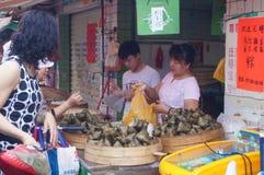 Chino Dragon Boat Festival, el mercado para la venta de las bolas de masa hervida del arroz Fotos de archivo