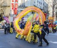 Chino Dragon Performance - desfile chino del Año Nuevo, París 2018 Foto de archivo libre de regalías