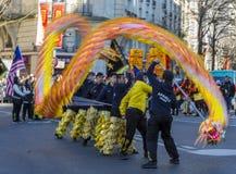 Chino Dragon Performance - desfile chino del Año Nuevo, París 2018 Imagenes de archivo