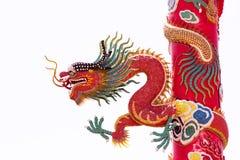 Chino Dragon Wrapped alrededor del polo rojo en fondo del aislante Foto de archivo libre de regalías