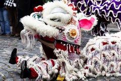 Chino Lion Dancer Sitting On Ground que se realiza para la muchedumbre foto de archivo libre de regalías