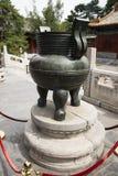Chino parque de Asia, Pekín, Beihai, la arquitectura antigua, la hornilla de incienso Fotos de archivo libres de regalías