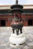 Chino parque de Asia, Pekín, Beihai, templo de Yongan, deseando la hornilla de incienso Fotos de archivo libres de regalías