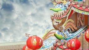 Chino Phoenix del lapso de tiempo en el tejado del templo