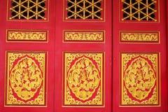 Chino tallado madera en puertas rojas Fotografía de archivo libre de regalías