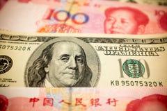Chino Yuan Note y U S Fondo del dólar Fotografía de archivo