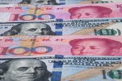 Chino Yuan y dólar americano en capas Concepto de la guerra comercial Copie el espacio imágenes de archivo libres de regalías