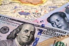 Chino Yuan y dólares americanos en el mapa de China imagen de archivo libre de regalías