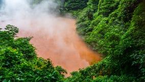 Chinoike Jigoku, ад пруда крови, одна из 8 весен ада в Beppu, Япония Стоковые Фото