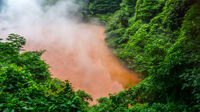 Chinoike Jigoku, l'inferno dello stagno del sangue, una delle otto molle dell'inferno a Beppu, il Giappone Fotografie Stock