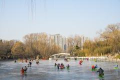 Chinois de l'Asie, Pékin, parc de Zizhuyuan, récréation d'hiver, patinant Photos stock