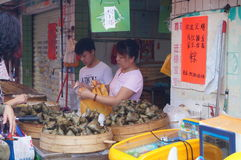 Chinois Dragon Boat Festival, le marché en vente des boulettes de riz Images stock