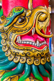 Chinois Dragon Face sur un poteau Photos stock