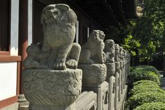 Chinois Lion Statues Leading Eyes dans la distance Photographie stock