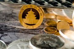 Or chinois Panda Coin avec les barres argentées et les pièces de monnaie Photos stock