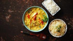 Chinois traditionnel ou cari thaïlandais de jaune de poulet clips vidéos