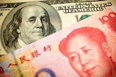 Chinois Yuan Note et U S Fond du dollar Photographie stock libre de droits