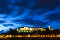 Chinon-Stadt Frankreich während der blauen Stunde lizenzfreie stockbilder