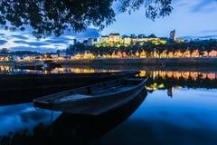 Chinon-Stadt Frankreich während der blauen Stunde lizenzfreies stockfoto