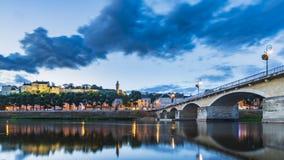 Chinon-Stadt Frankreich während der blauen Stunde lizenzfreies stockbild