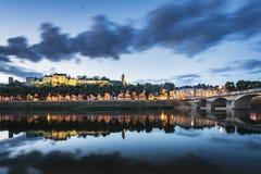 Chinon-Stadt Frankreich während der blauen Stunde lizenzfreie stockfotografie