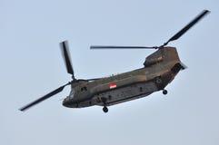 Chinook che vola fuori durante il NDP 2011 Immagini Stock