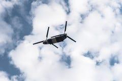 Chinook helikopter mot molnig himmel Royaltyfri Bild