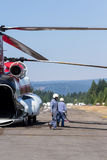 Chinook helikopter och brandbesättning Arkivbild