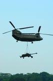 Chinook-Hubschrauber mit Underslung Artillerie Stockbild