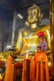 Chinse buddistiska munkar som tänder stearinljusen Royaltyfri Foto