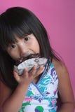 Chinse kleines asiatisches Mädchen, das Schokoladenkuchennachtisch isst Lizenzfreies Stockbild