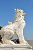 Chinthe μπροστά από την παγόδα Mingun, Mandalay, το Μιανμάρ στοκ εικόνα