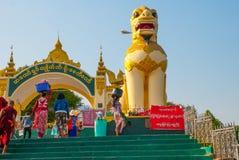Chinthe 用动物雕塑装饰的入口门  金黄岩石 Kyaiktiyo塔 缅甸 缅甸 图库摄影