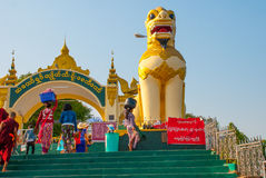 Chinthe Ingångsporten dekorerade med skulpturer av djur guld- rock Kyaiktiyo Pagoda myanmar burma Arkivbild