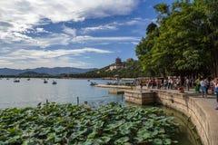 Chiny, Pekin Lato imperiału pałac Kunming jezioro, długowieczności wzgórze Foxiangge i świątynia, kuszetki dla łodzi, lotos (basz Obrazy Royalty Free