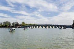 Chiny, Pekin Lato imperiału pałac Kunming jezioro i Siedemnaście łuków most Zdjęcie Royalty Free