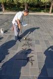 Chiny, Pekin Starszy Chiński kaligraf Zdjęcia Royalty Free