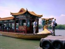 Chiny, Pekin: Turystyczna łódź w postaci smoka zdjęcia stock