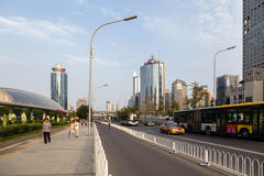 Chiny, Pekin Wysocy nowożytni budynki i aleja - 7 Obraz Royalty Free