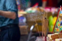Chiny, tradycyjna religia, customs, Zhongyuan Purdue, Chiński ducha festiwal, wierzący, palący kadzidło, błogosławi zdjęcia stock